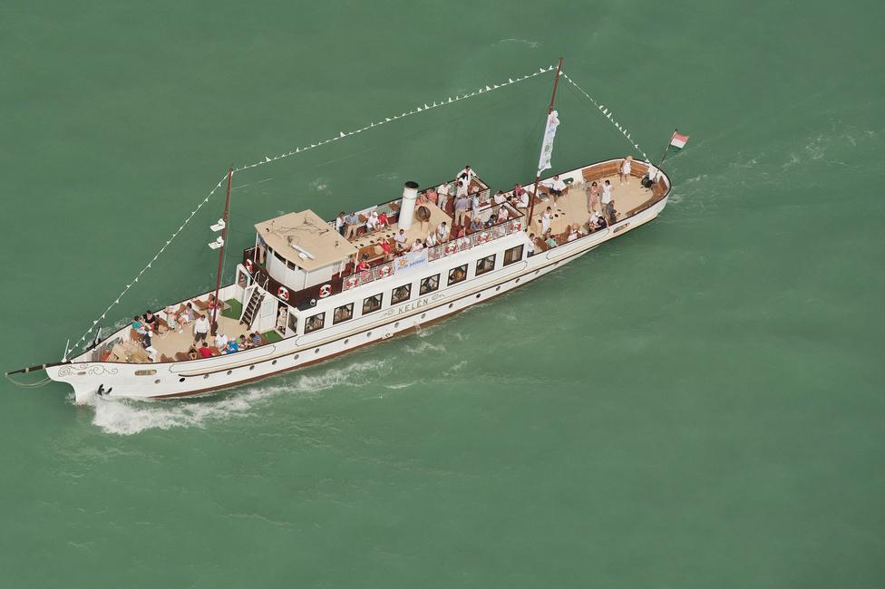 A Kelén turistahajó Kékszalag-néző túrán.