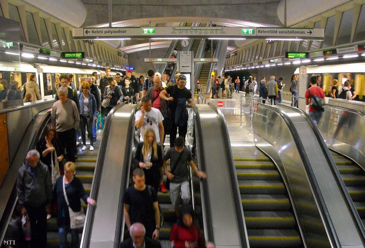 Délutáni utasforgalom a Budapesti Közlekedési Központ (BKK) 4-es metróvonalának Kálbin téri mélyállomásán