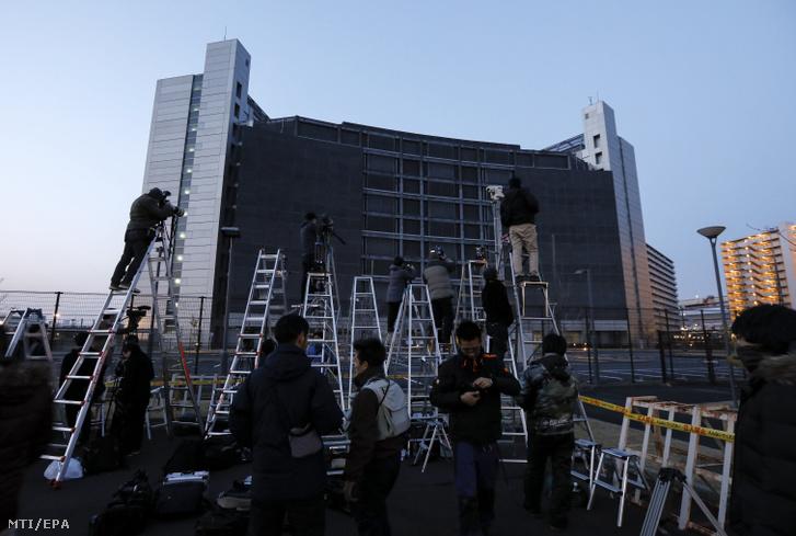 Fotóriporterek várakoznak Carlos Ghosnt õrzõ tokiói fogda elõtt 2019. március 5-én