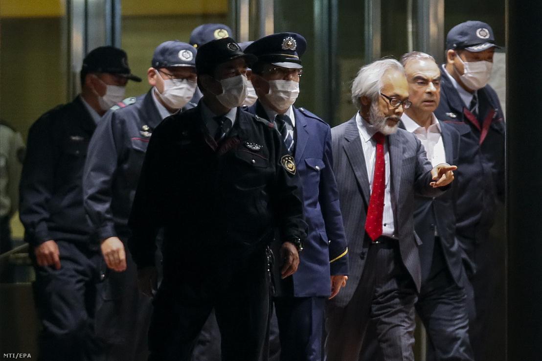 Carlos Ghosn, (j2) távozik a Tokiói Fogvatartói Központból 2019. április 25-én