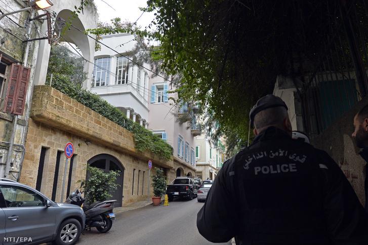 Rendőr posztol 2019. december 31-én egy bejrúti lakóház előtt, amely a hivatalos iratok szerint Carlos Ghosnnak a tulajdonában van. Ghosn, aki Japánban várta házi őrizetben pere kezdetét, előző nap magángéppel érkezett Törökországból a libanoni fővárosba. Libanon és Japán között nincs érvényben kiadatási egyezmény.