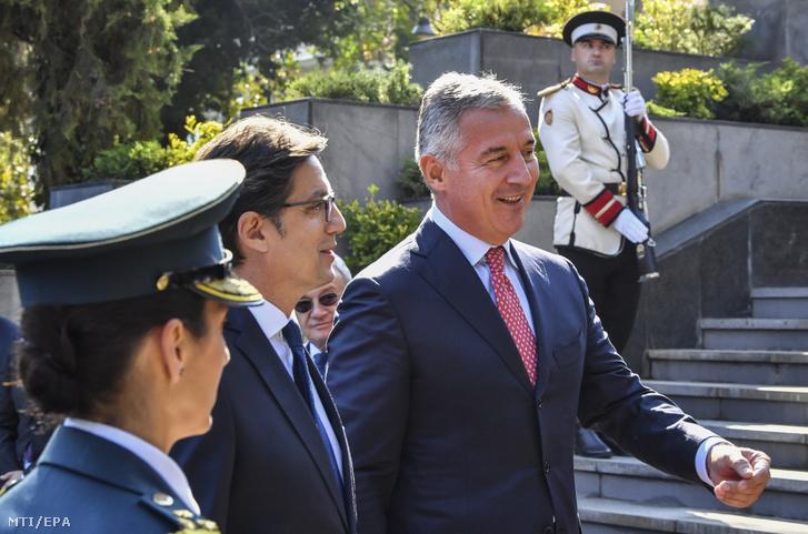 A kétnapos hivatalos látogatáson Észak-Macedóniában tartózkodó Milo Djukanovic montenegrói elnök (j) és észak-macedóniai partnere Sztevo Pendarovszki a szkopjei fogadási ünnepségen 2019. október 2-án.
