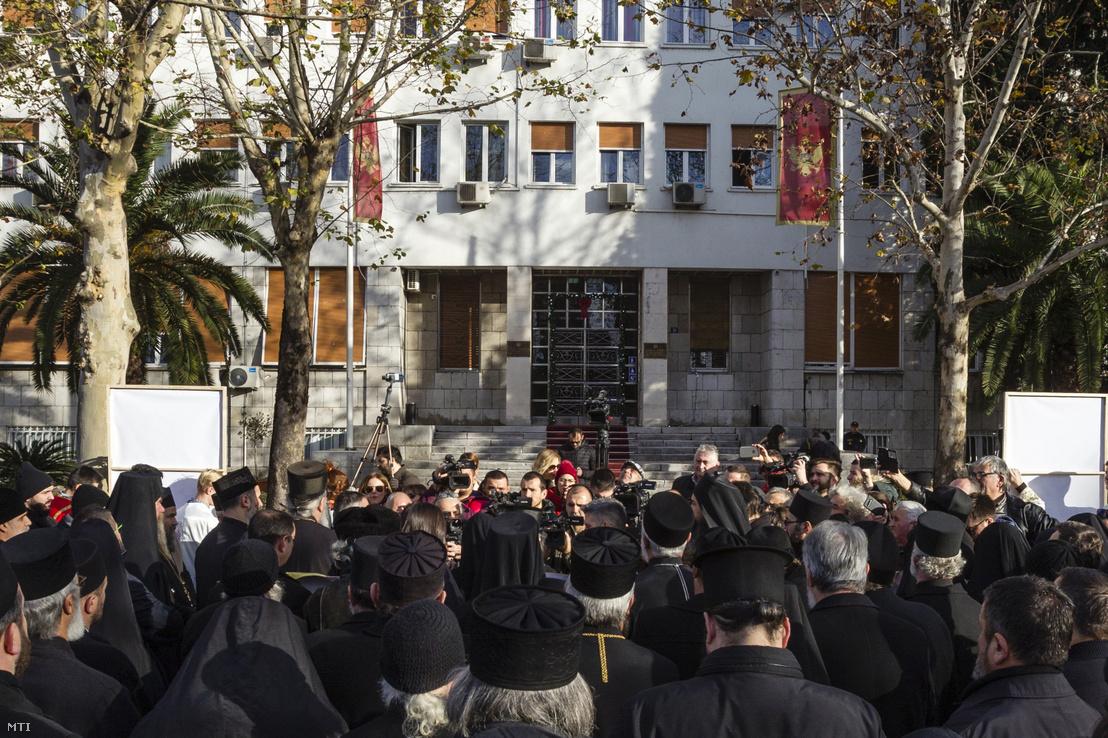 A szerb ortodox egyház montenegrói papjai tüntetnek a tervezett egyházügyi törvény ellen a parlament épülete előtt 2019. december 24-én.
