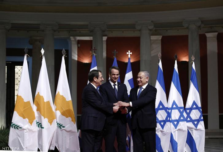 Nikosz Anasztasziadisz ciprusi államfő Kiriákosz Micotákisz görög és Benjámin Netanjahu izraeli miniszterelnök (b-j) kezet fog miután Görögország Ciprus és Izrael megállapodást ír alá az EastMed földközi-tengeri gázvezeték létrehozásáról Athénban 2020. január 2-án.