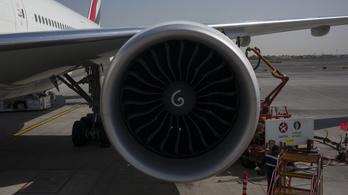 Egy kínai férfi élete első repülése előtt szerencseérmét dobott a Lucky Air-gép hajtóművébe