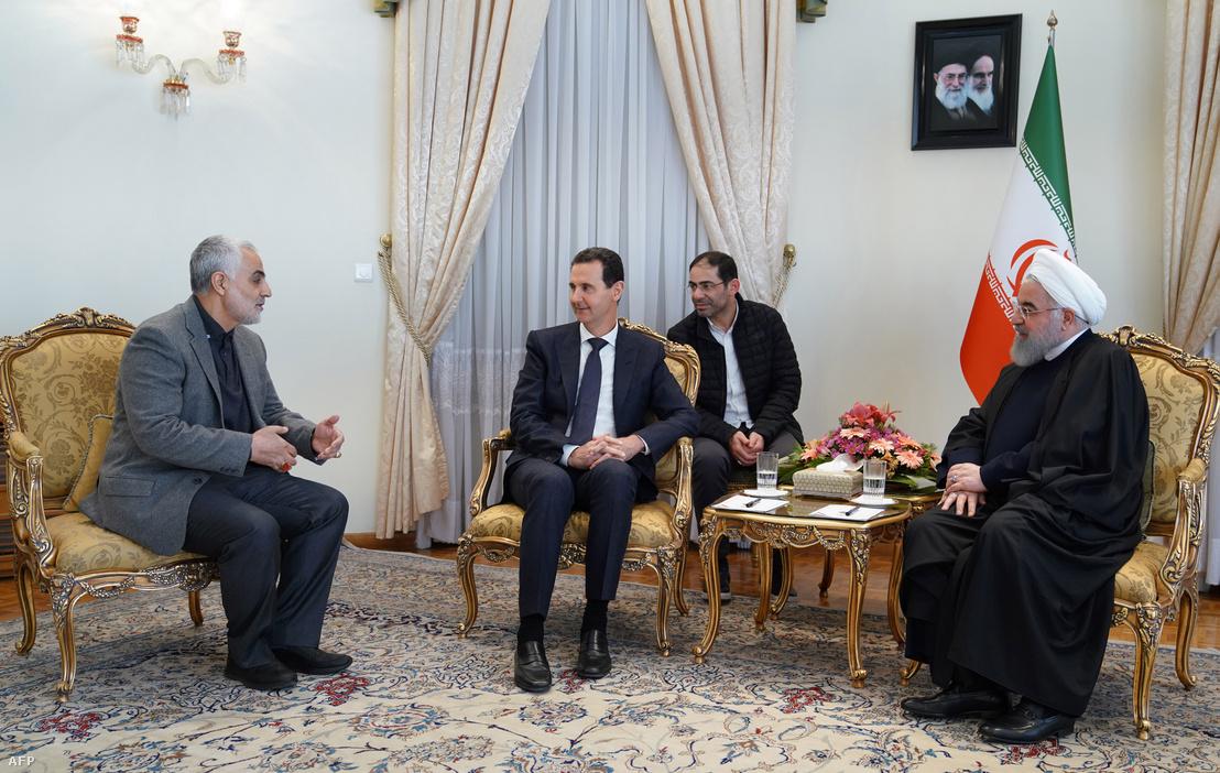 Bassár el-Aszad szíriai elnök (középen) találkozója Hasszán Rohani iráni elnökkel (jobbra) és Kászim Szulejmánival (balra) 2019. február 25-én Teheránban
