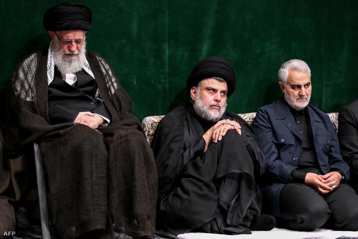 Ali Hamenei ajatollah (balra), Muktada al-Szadr (középen), a Szarájá al-Szalám siíta milícia vezetője és Kászim Szulejmáni 2019 szeptemberében Teheránban