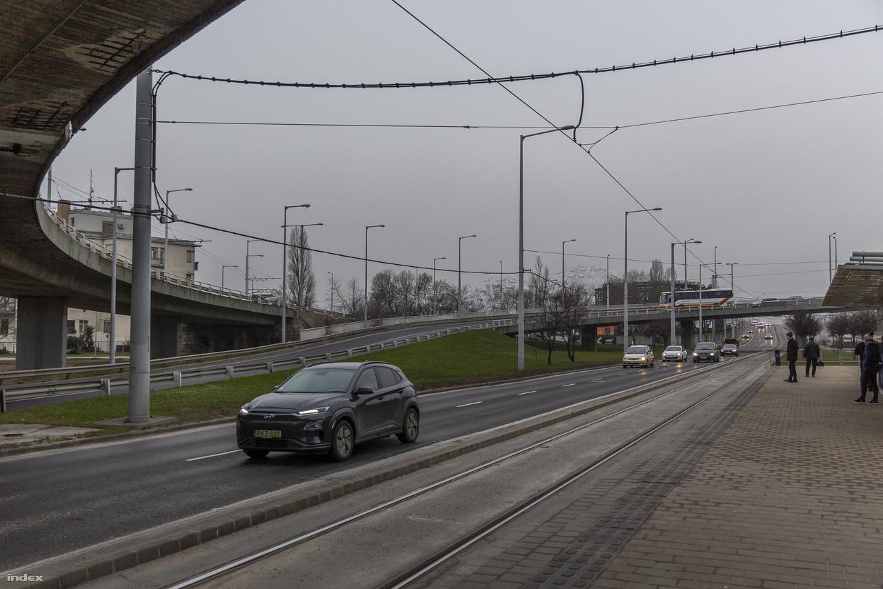 A biodóm az 1-es villamos Kacsóh Pongrác úti megállójából nézve.