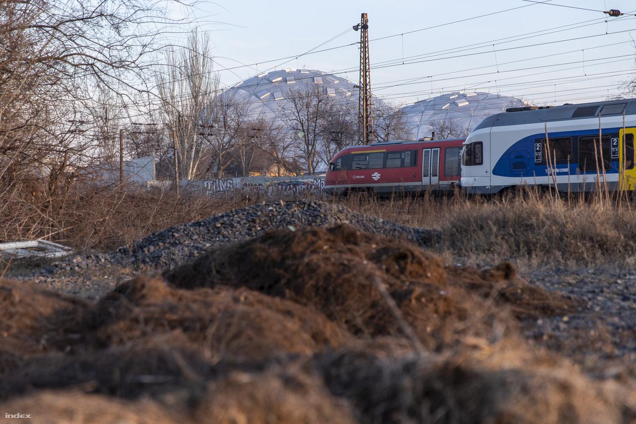 Aki a Vágány utcáról benéz a vasút üzemi területére, a hajléktalanok éjjeli menedékhelye közelében, az a síneken innen sok kis biodómot is láthat a nagy előterében.