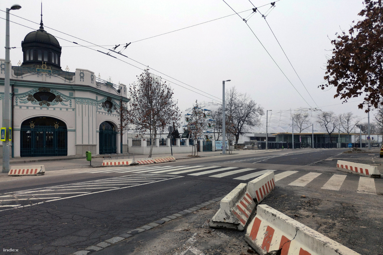 A biodóm az Állatkerti körútról, a Széchenyi fürdő északi karéja felől nézve. Balra a Schäftner-féle körhinta 1907 körül épült, legutóbb 2016 és 2018 között felújított műemléki védettségű épülete.