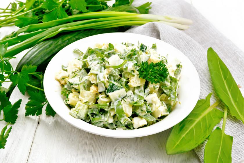Gondold újra a majonézes burgonyasalátát: tedd egészségesebbé sóskával, uborkával, főtt tojással és zöldfűszerekkel, petrezselyemzölddel, zöldhagymával! Isteni lesz a végeredmény.