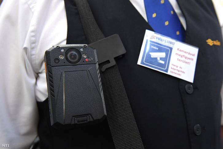 Testkamera és a felvételre figyelmeztető kártya a bemutató sajtótájékoztatón, a Keleti pályaudvaron 2019. augusztus 30-án
