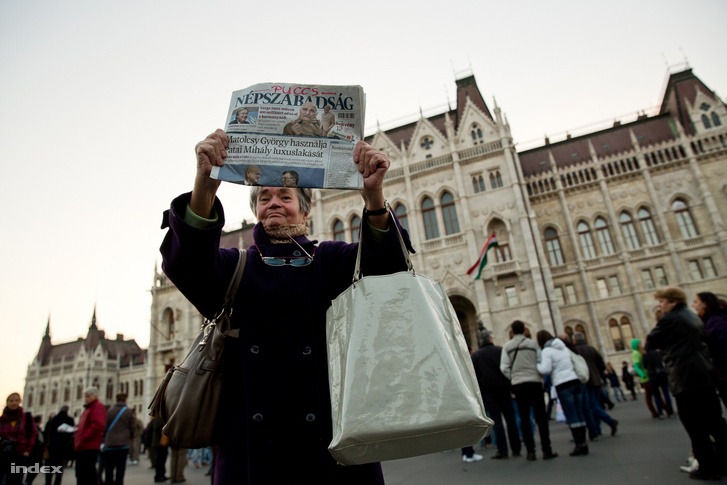 Protester holding the last official issue of Népszabadság in front of the Hungarian Parliament on 8 October 2016.