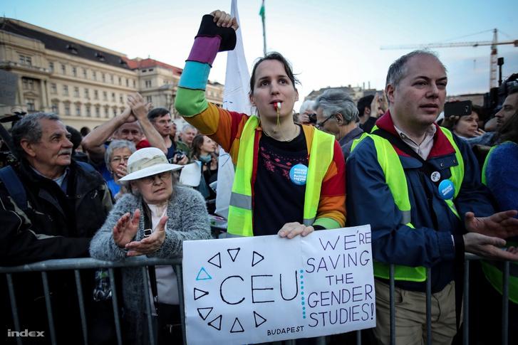 Tízezrek tüntettek 2017. április 10-é a CEU-törvény ellen, azt követelve, hogy Áder János államfő ne írjon alá