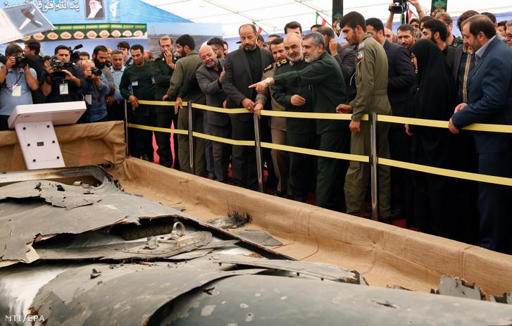 Hosszein Szalami a Forradalmi Gárda (IRGC) parancsnoka (k jobbról) megtekinti a gárda által lelőtt amerikai MQ-4C Hawk típusú drón roncsát a teheráni védelmi minisztériumban 2019. szeptember 21-én.