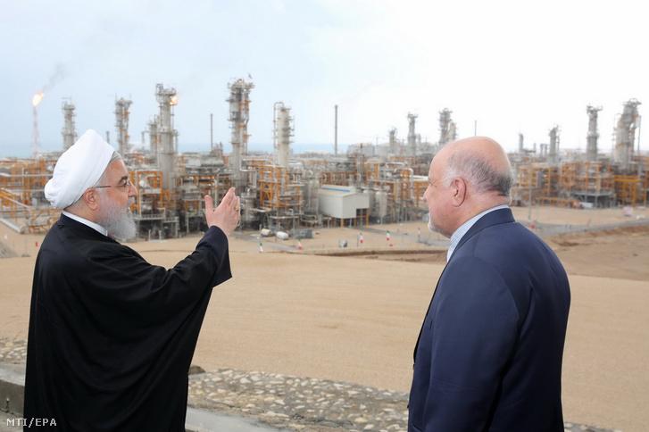 Haszan Róháni iráni elnök (b) és Bidzsan Zangane iráni olajipari miniszter megtekinti az Aszaluje déli kikötõvárosnál mûködõ gázfeldolgozó komplexumot 2019. március 17-én.