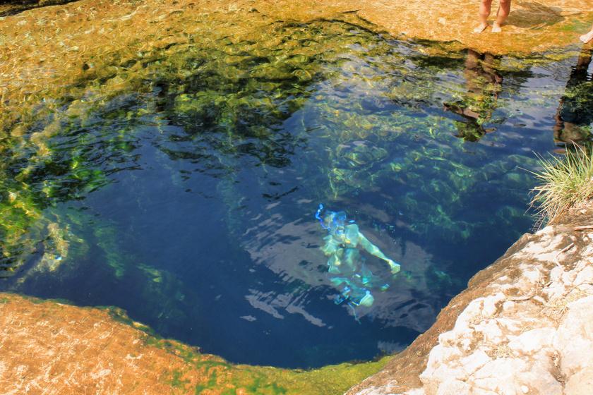 A Texas állambeli Jacob's Well nagyon sok búvár életét követelte már. Egy 10 méter mély nyíláson keresztül lehet lejutni a barlangrendszerekhez: az itt található mély, kanyargós és rejtett járatokból sokan nem találnak vissza. A környéken táblák próbálják megállítani a vállalkozó kedvű búvárokat.