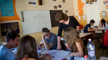 A magyar és az ének-zene körüli viták miatt akadt el az új alaptanterv
