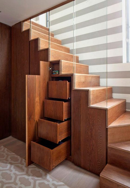 Mind egyetérthetünk, hogy maga az álom ennyi plusz fiók és szekrény otthon: szinte bármit elnyelnek, ezáltal a lakás rendezettebb lehet. Ötletes, ha egy behemót bútordarab helyett a lépcső rejti a tárolóhelyet.
