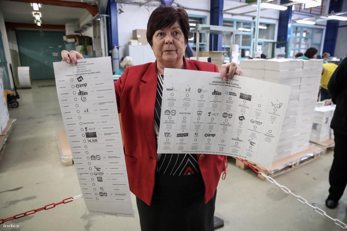 Pálffy Ilona tart a kezében 2018-as szavazólapokat, amelyeken szerepelnek a fent említett kamupártok is