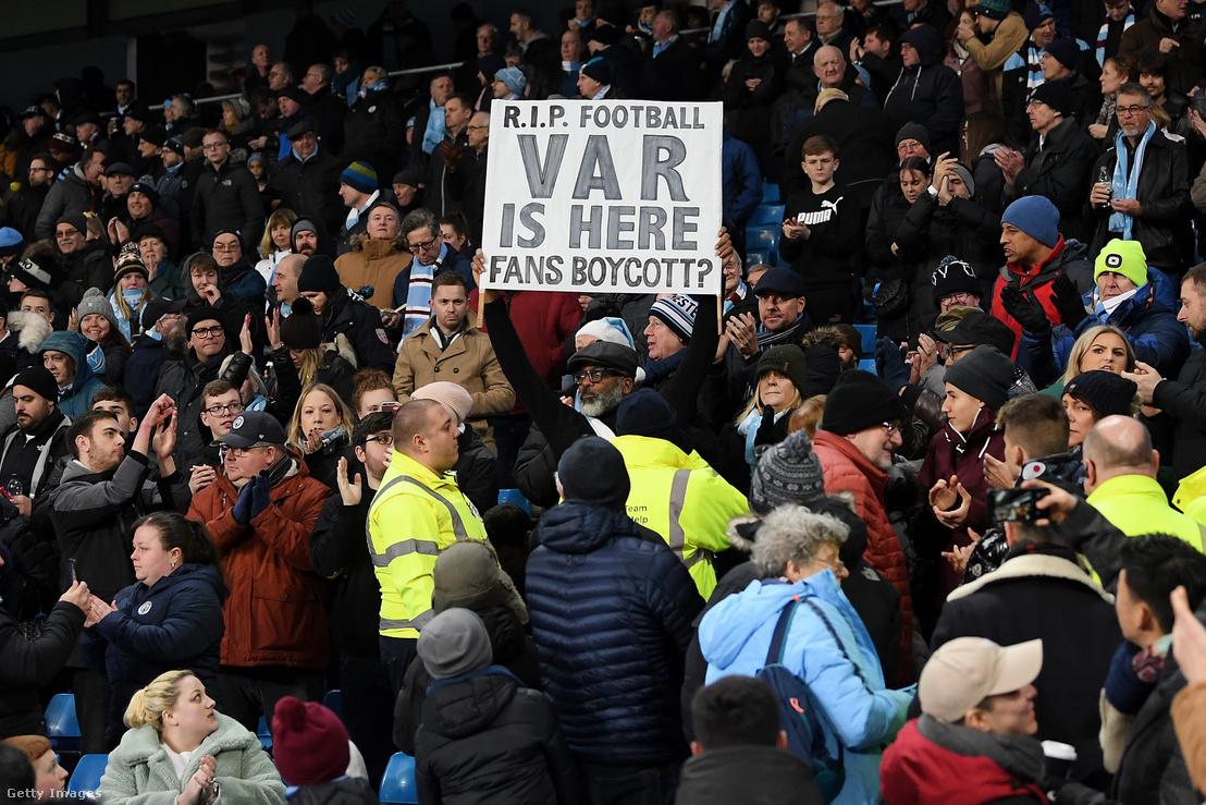 Egy rajongó tart fel egy táblát, amin temeti a futballt a videóbíró miatt a Manchester City - Everton mérkőzésen 2020. január 1-én