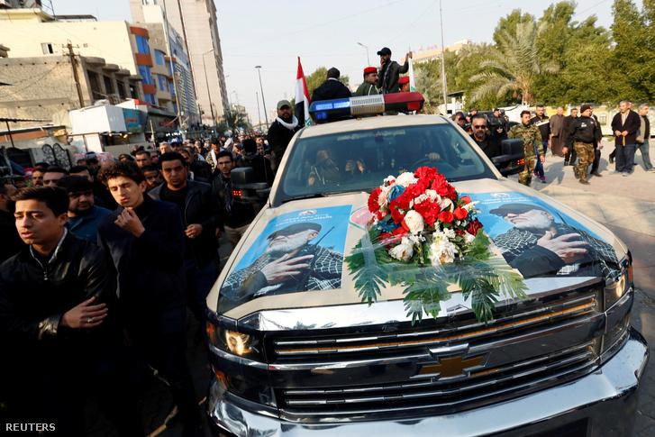 Kászim Szulejmáni és Abu Mahdi al-Muhandis arcképével ellátott autó, amivel a maradványakat viszik a búcsúztatásra Bagdadban