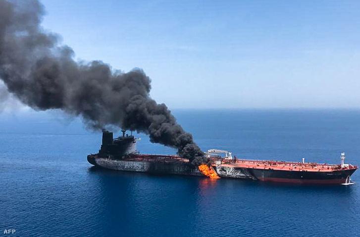 Az ISNA iráni hírügynökség által közreadott kép a kigyulladt Front Altair tartályhajóról az Ománi-öbölben 2019. június 13-án.