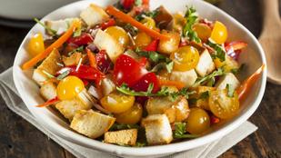 A saláta, ami főételként is tökéletes: olasz balzsamecetes zöldségek fűszeres kenyérkockákkal és kecskesajttal