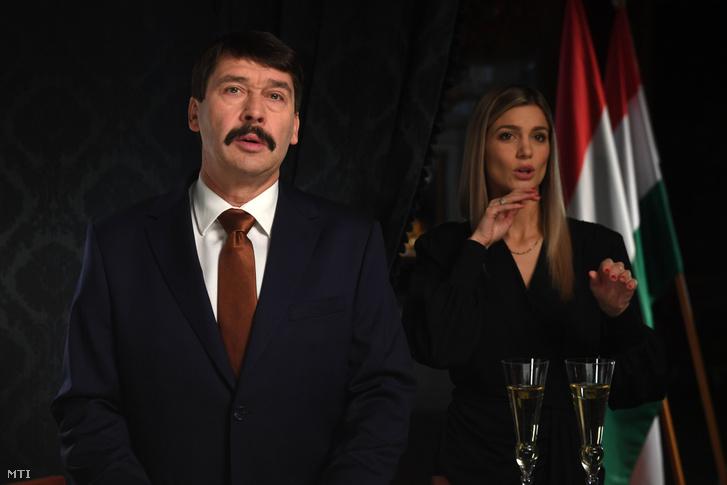 Áder János köztársasági elnök és Weisz Fanni jeltolmács az államfő újévi köszöntőjének televíziós felvételén 2019. december 27-én.