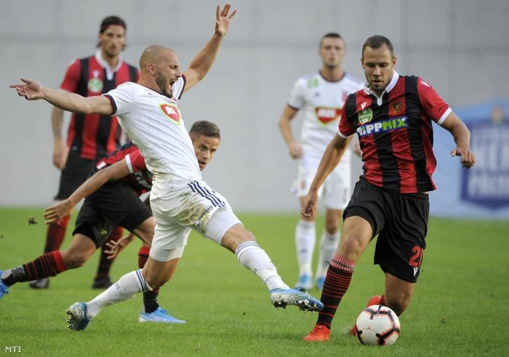 A kispesti Vadócz Krisztián és a székesfehérvári Huszti Szabolcs a labdarúgó OTP Bank Liga 6. fordulójában játszott Budapest Honvéd - MOL Fehérvár FC mérkőzésen a Hidegkuti Nándor Stadionban 2019. szeptember 14-én.