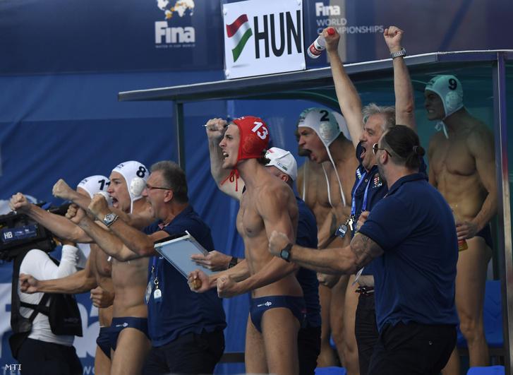 A magyar csapat örül a győztes gólnak a férfi vízilabdatorna negyeddöntőjében a Magyarország–Ausztrália-mérkőzésen a 18. vizes világbajnokságon a dél-koreai Kvangdzsuban 2019. július 23-án.