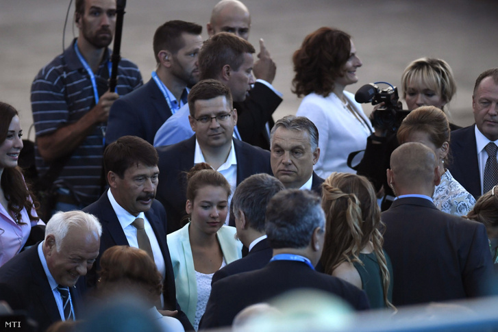 Áder János köztársasági elnök, Orbán Viktor miniszterelnök és Seszták Miklós nemzeti fejlesztési miniszter a 17. vizes világbajnokság megnyitója előtt a Lánchíd pesti hídfőjénél 2017. július 14-én.