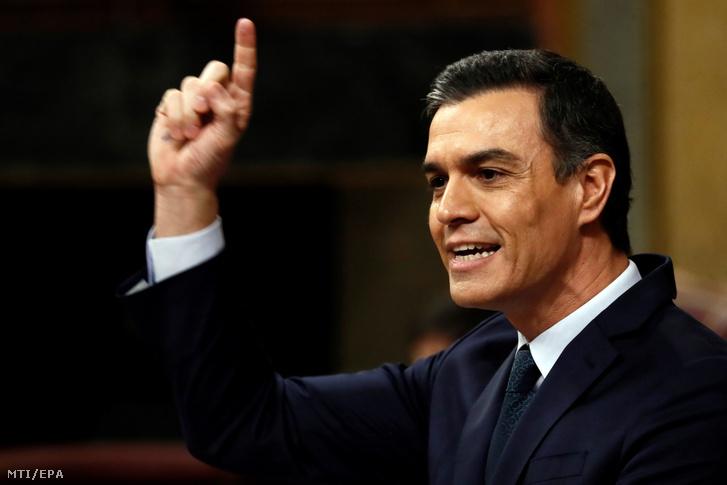 Pedro Sánchez felszólal a bizalmi szavazás előtt a madridi parlamentben 2020. január 5-én