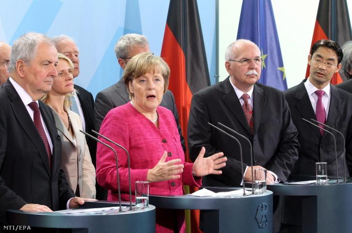Angela Merkel és Philipp Rösler gazdasági és technológiai miniszter (j) a biztonságos energiaellátást vizsgáló bizottság tagjaival közös sajtótájékoztatót tart Berlinben a kancellári hivatalban. A bizottságot -melynek társelnökei Matthias Kleiner (j2) és Klaus Töpfer (b)- a fukusimai atombaleset után állítottak fel azért, hogy kidolgozza a német atomerőművek bezárásának valamit a megújuló energiaforrásokra való ésszerű áttérésnek a menetrendjét. A kormánypártok hajnalban az országban működő összes atomerőmű 2022-ig történő bezárása mellett döntöttek. 2011. május 30.
