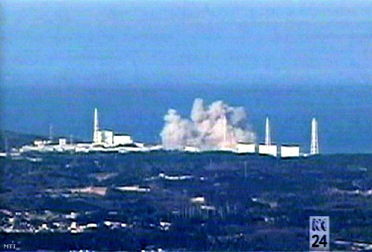 Tévéadásról készített felvétel amelyen a Fukusima Daiicsi atomerőmű 2-es reaktorblokkjában bekövetkezett robbanás látható Okumamacsiban. Három napon belül ez volt a március 11-i a Richter-skála szerinti 9-es erősségű földrengésben megsérült erőműben bekövetkezett harmadik detonáció és emiatt tûz ütött ki a 4-es reaktorblokkban.