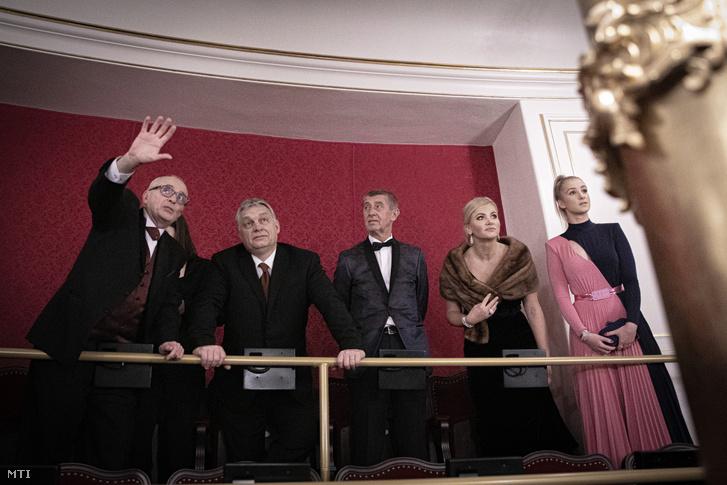 Orbán Viktor miniszterelnök (j4) és Andrej Babis cseh kormányfő (j3) megtekinti a felújított cseh Állami Opera épületét Prágában az ünnepélyes megnyitó előtt 2020. január 5-én. Jobbról Monika Babisová, Andrej Babis cseh kormányfő felesége (j2).