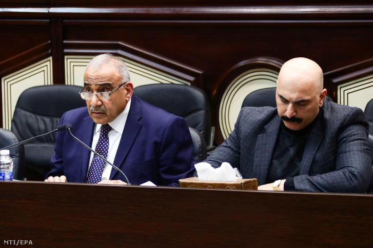 Ádil Abdel Mahdi ügyvezető iraki miniszterelnök (b) az iraki parlament rendkívüli ülésén Bagdadban 2020. január 5-én. Az iraki parlament megszavazta az Irakban állomásozó külföldi katonai erők jelenlétének megszüntetését célzó javaslatot.