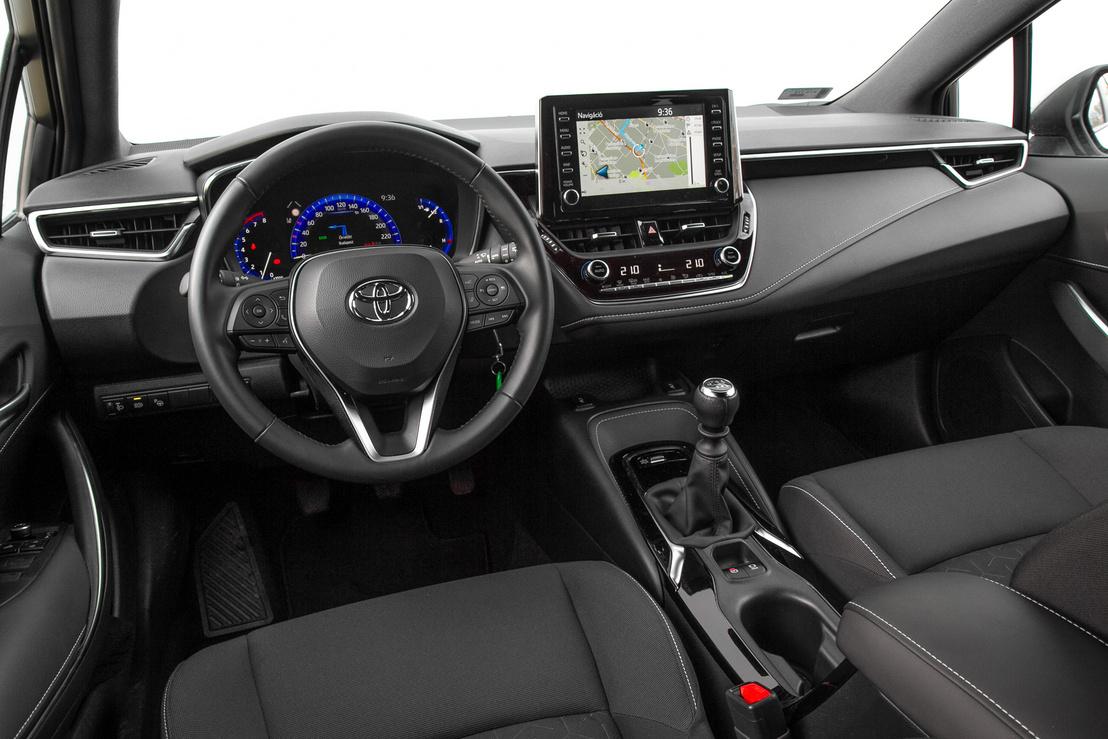 A Corolla egy ponton gyengébb a konkurenciánál: belül keskenyebb. Egy Fucust egy számmal szélesebbnek érez az ember, de egy Ceedet is