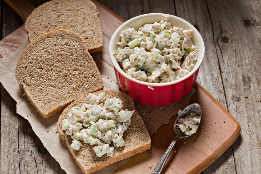 Fűszeres, csirkés saláta: ebbe beleteheted a hétvégi maradék húst