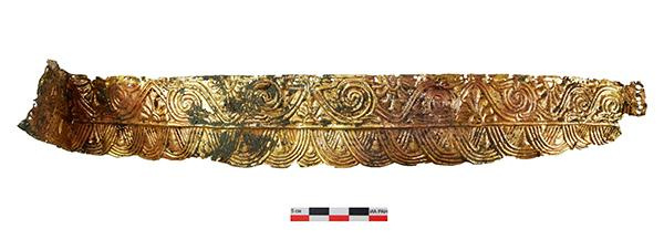 A sírban talált arany fejdísz egy darabja