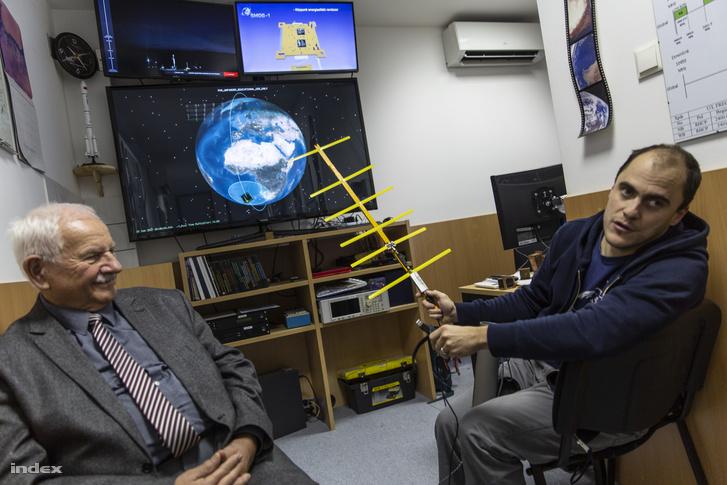 Gschwindt András és Dudás Levente azt szemléltetik, hogy milyen egyszerű antennával lehet venni a SMOG-P és az ATL-1 jeleit