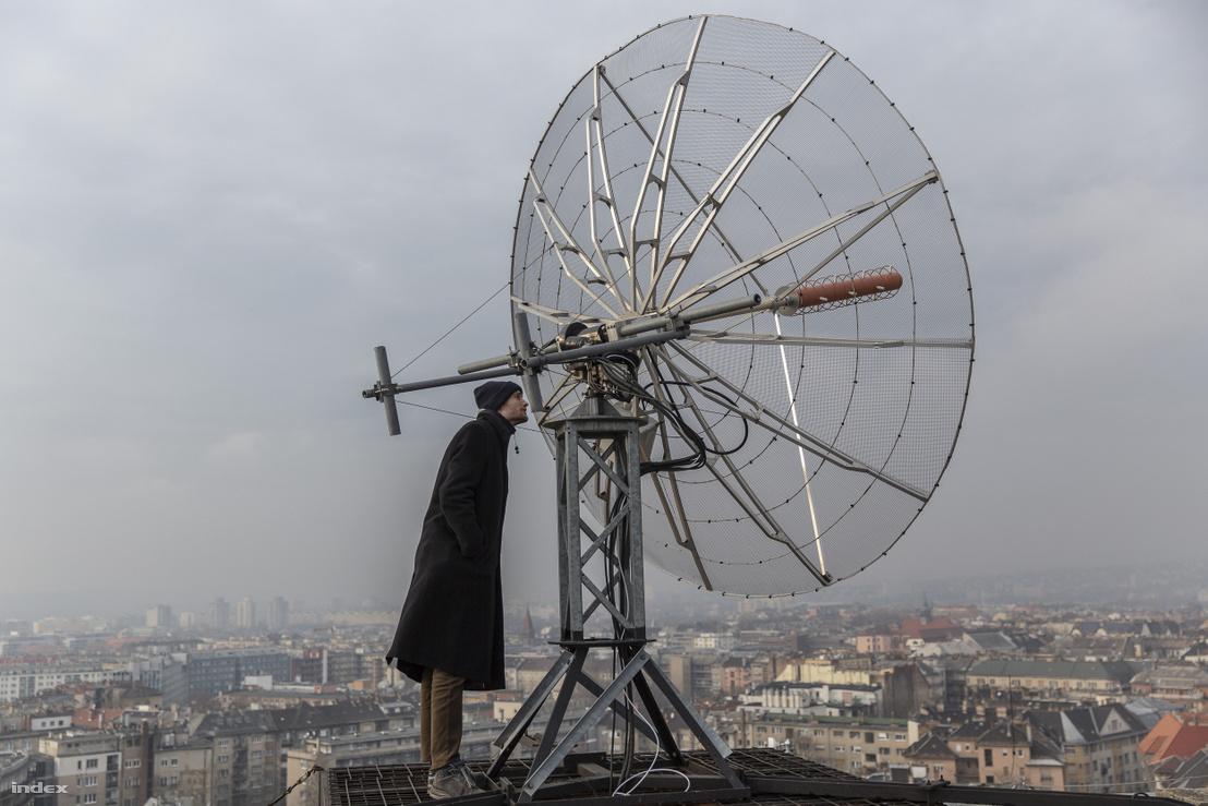 A BME E épület tetején lévő egyik műholdvevő antenna