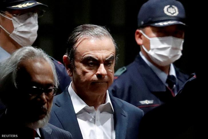 A képen, amint Carlos Ghosn 2019. április 25-én elhagyja a tokiói fogházat