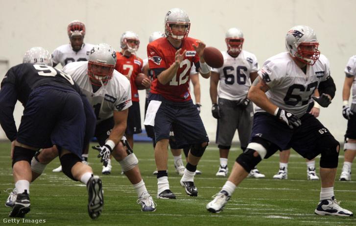 Tom Brady elkapja a labdát egy 2010-es edzésen