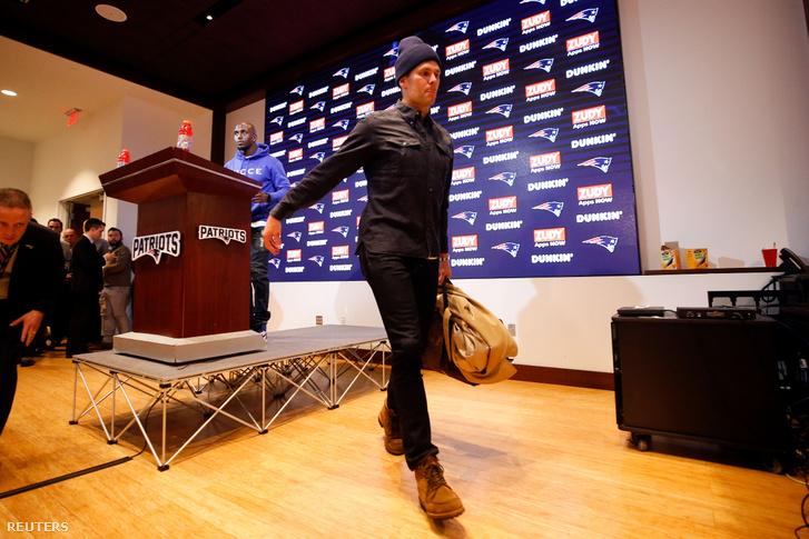 Tom Brady távozik a Titans elleni kiesés utáni sajtótájékoztatóról. De a Patriotstól is távozik-e?