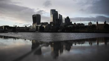 Az idei 3. munkanap végén a legmenőbb brit felsővezetők már megkeresték a sima dolgozók éves bérét