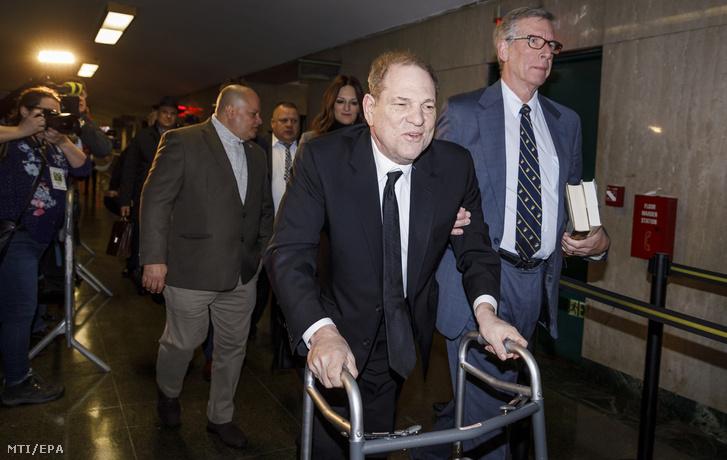 Harvey Weinstein szexuális zaklatással és erőszakkal vádolt amerikai filmproducer (k) érkezik perének tárgyalására a New York-i Legfelsőbb Bíróságra 2020. január 6-án.