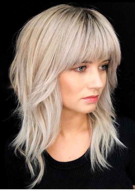 A tépett haj továbbra is igen sikkes marad, és remekül passzol hozzá egy íves, középen rövidebb, kétoldalt pedig hosszabb frufru.