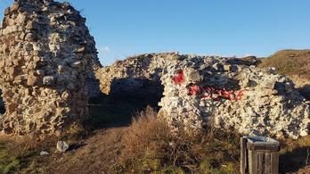 Vörös festékkel rongálták meg a több száz éves várfalat Nógrádban