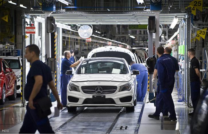 Egy kész Mercedes-Benz CLA-modell a szerelőüzemben a Mercedes-Benz kecskeméti gyárában 2013. szeptember 30-án.